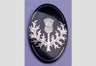 Thistle engraving according to the customer's presentation in silver inlay. Gun grip cap burnished.